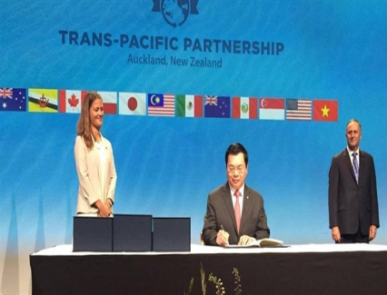 <b>Viet Nam signs Trans-Pacific Partnership</b> <br /><i>Vietnamese Minister of Trade and Industry Vu Huy Hoang signed the Trans-Pacific Partnership (TPP) agreement alongside with 11 representatives of other 11 nations that are party to the agreement.</i>