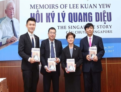 <b>Lee Kuan Yew memoirs launched in Vietnamese</b> <br /><i>The Vietnamese version of the book The Singapore Story: Memoirs of Lee Kuan Yew was officially launched at a ceremony in Hanoi on March 23.